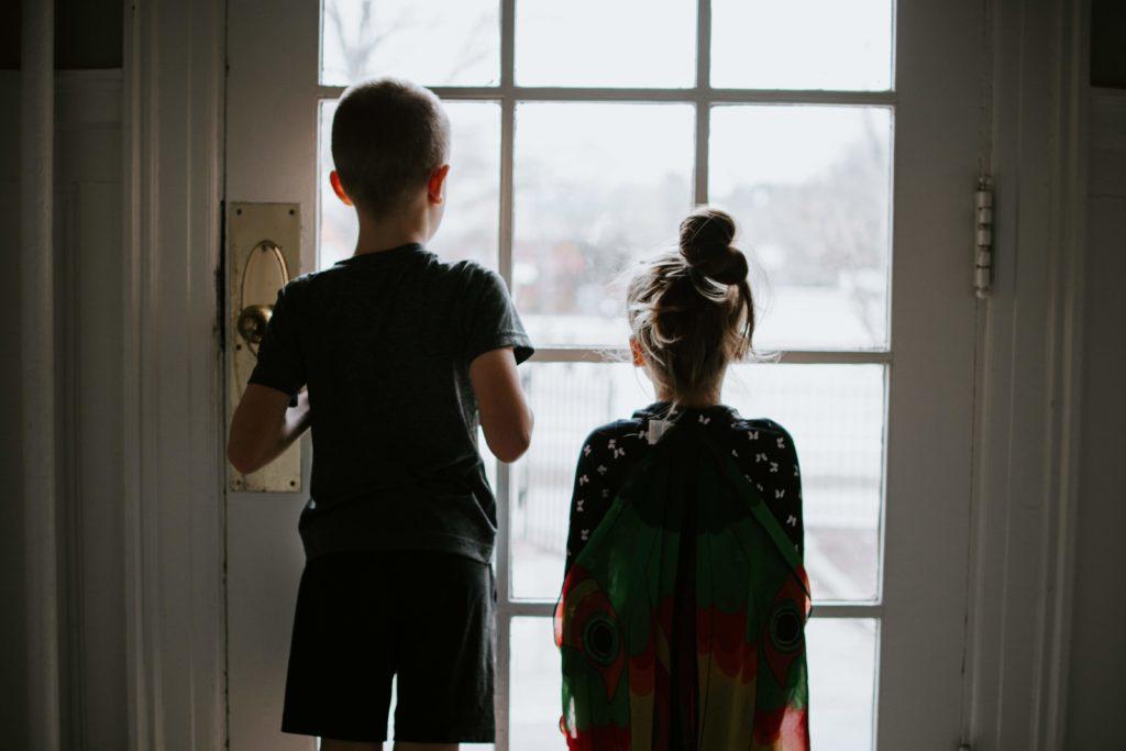 niños dentro de casa