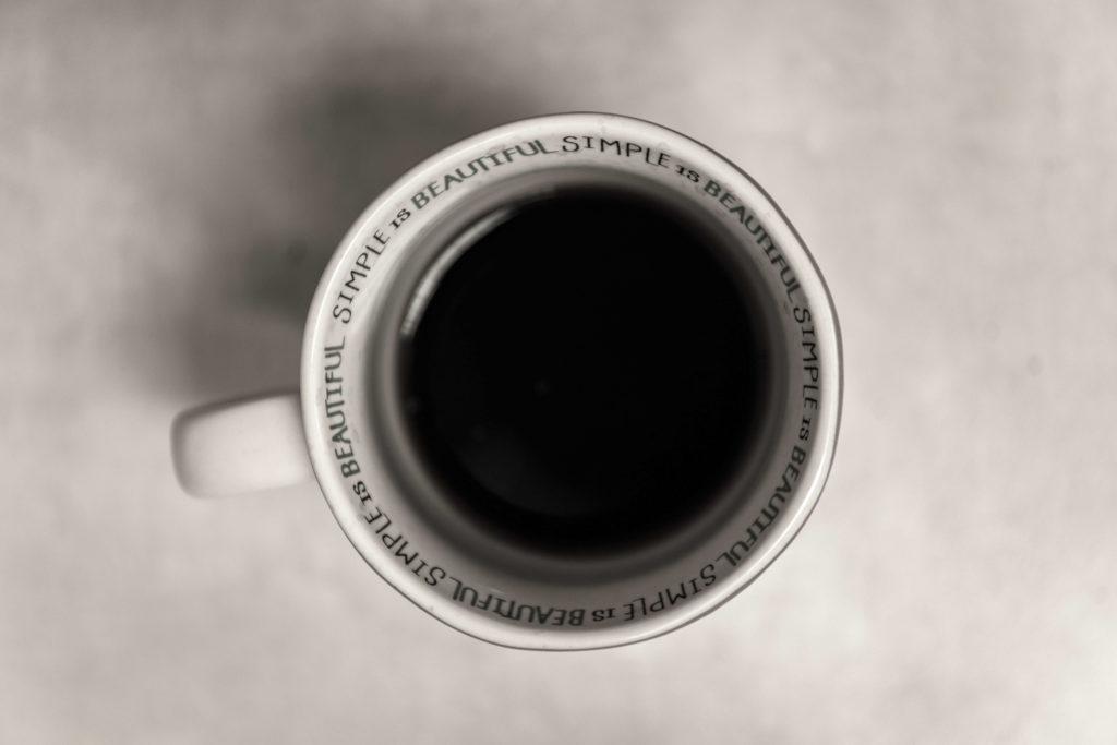 una taza de te negro