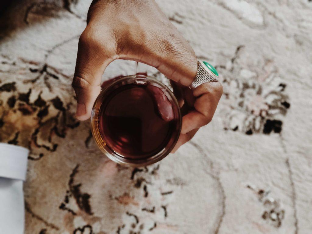 mujer bebiendo te negro