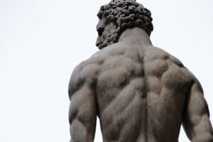 estatua con musculos de espalda