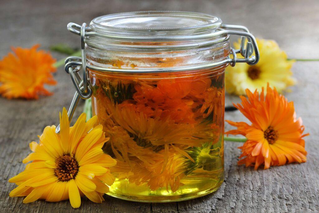 calendula aceite en vaso
